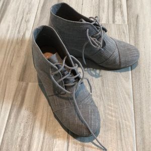 Gray wedges laced
